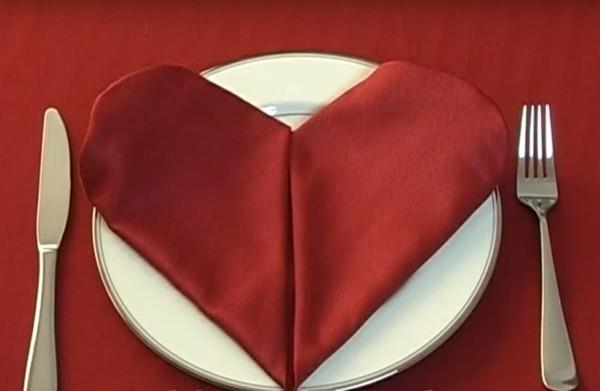 tischdeko mit einem romantischen motiv