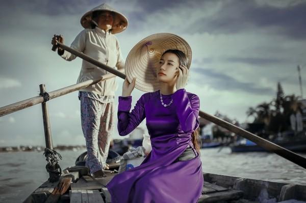 ultra violet pantone farbe asiatische frau langes kleid