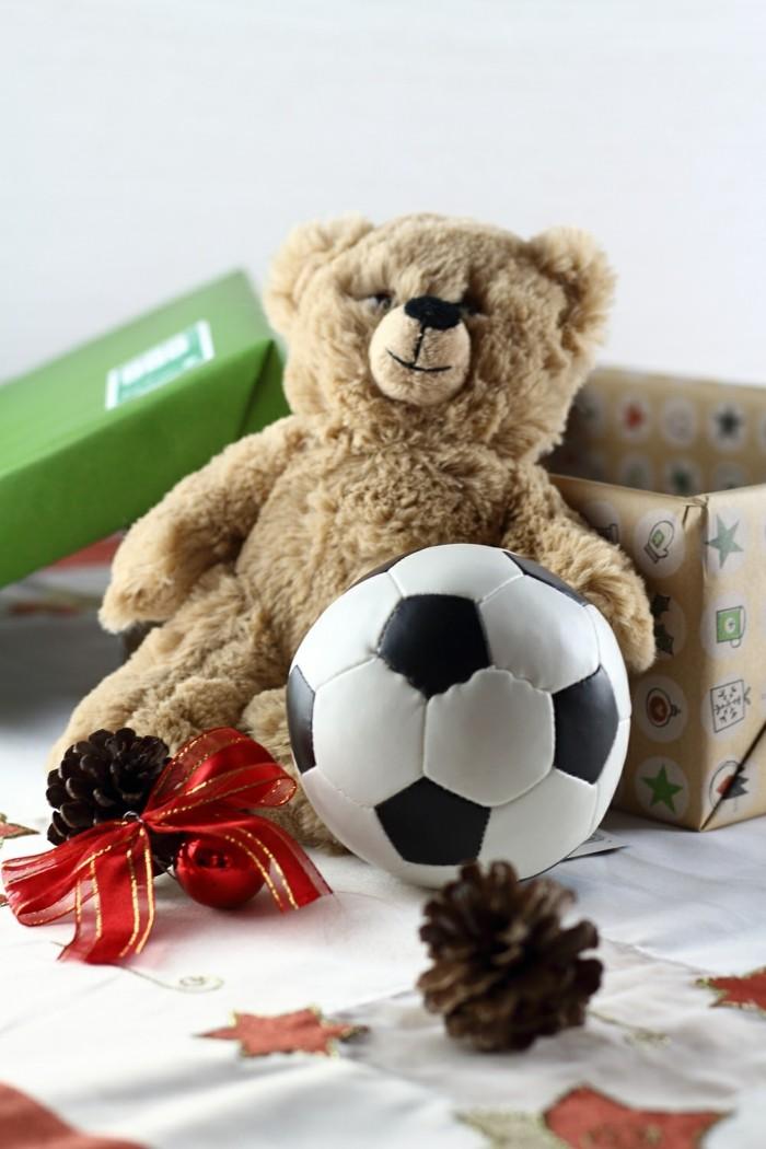 weihnachten im schuhkarton 2017 wohltaetigkeit weihnachten teddy fussball