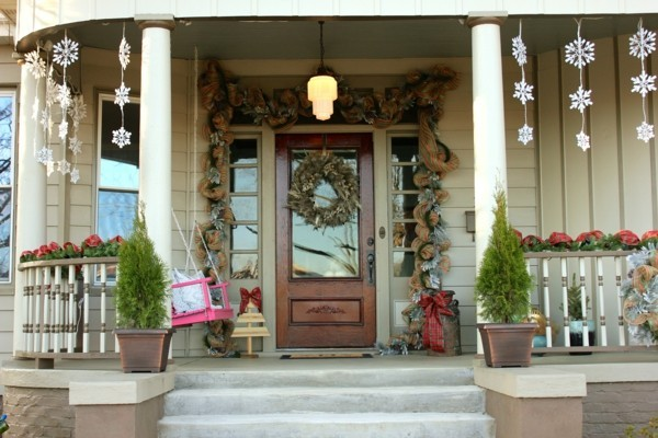 weihnachtsdeko hauseingang dekorieren hängedeko schneeflöckchen festliche stimmung