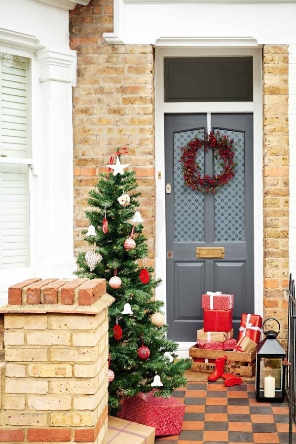 weihnachtsdeko hauseingang kiste mit weihnachtsgeschenken tannenbaum