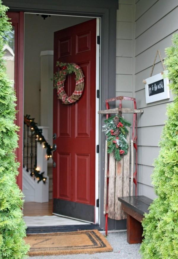 weihnachtsdeko hauseingang landhausstil weihnachtskranz und viel grün