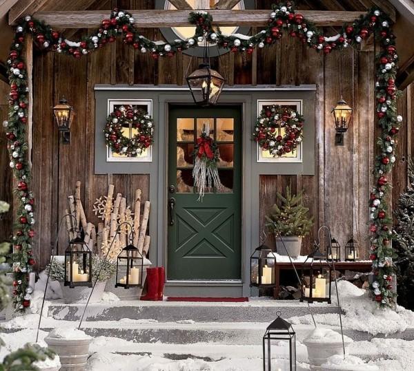weihnachtsdeko hauseingang landhausstil weihnachtskugeln dekogirlande weihnachtskränze