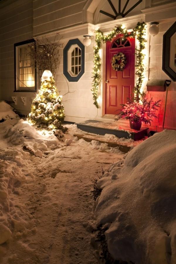 weihnachtsdeko hauseingang lichterkette girlande blumentöpfe