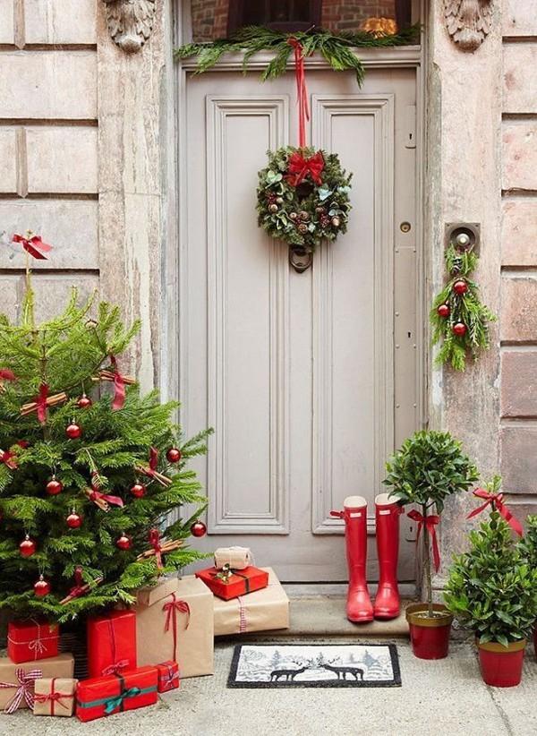 weihnachtsdeko hauseingang reichliche dekoration stimmungsvoll