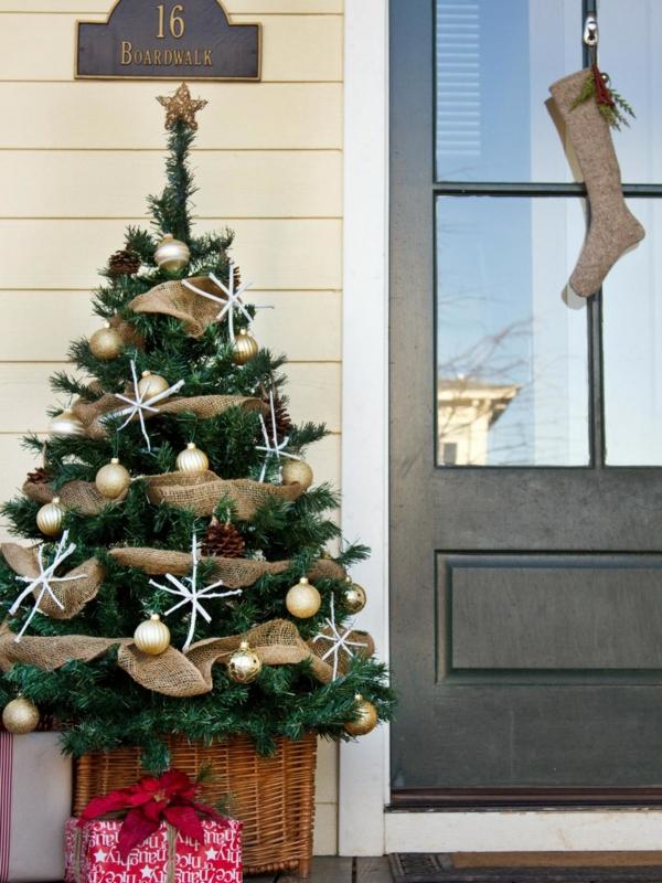 weihnachtsdeko hauseingang schöner tannenbaum weihnachtsstrumpf