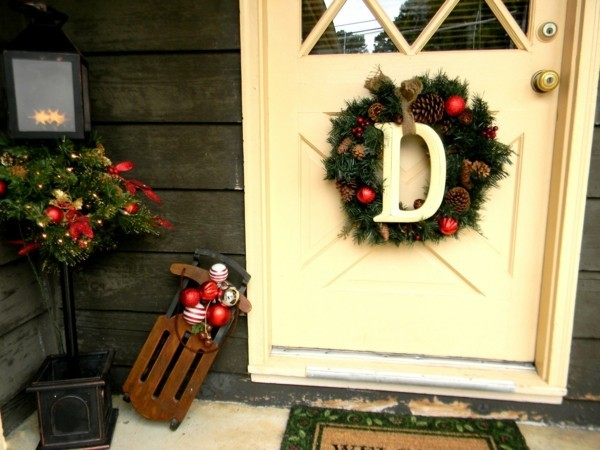 weihnachtsdeko hauseingang schlitten weihnachtskranz