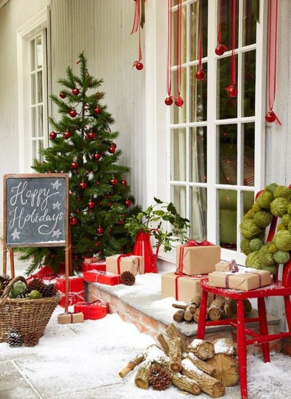 weihnachtsdeko hauseingang schwarze tafel rote weihnachtskugeln