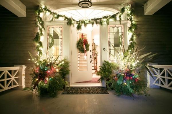 weihnachtsdeko hauseingang stilvolle dekoration grün dekogirlanden