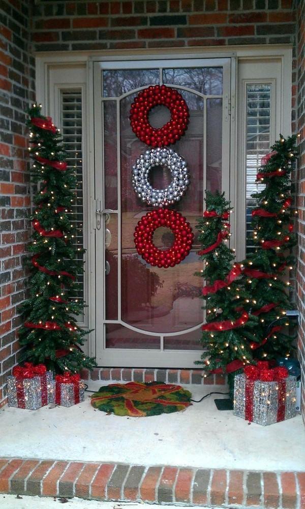 weihnachtsdeko hauseingang tannenbäume weihnachtskränze