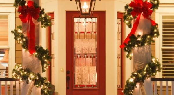 weihnachtsdeko hauseingang treppen dekorieren lichterketten grün