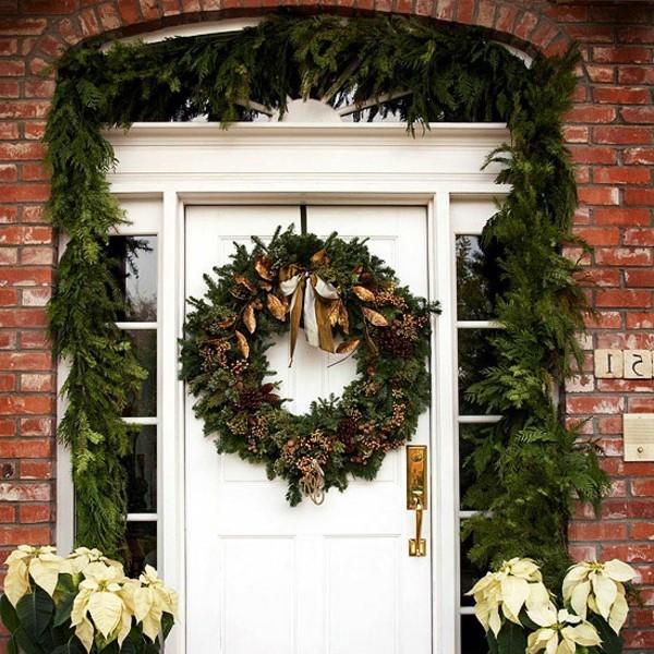 weihnachtsdeko hauseingang weiße tür schöner weihnachtskranz