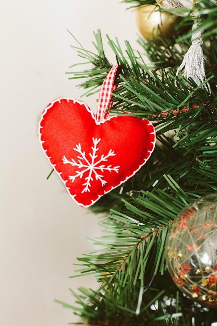 weihnachtsdeko nähen herz selber nähen rot weißer faden schneeflöckchen