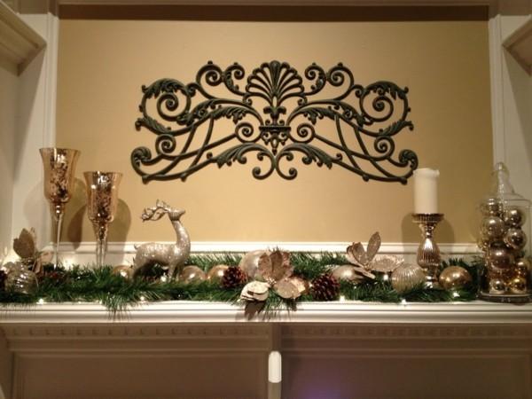 weihnachtskamin dekorieren deko grüne zweige silberne und goldene kugeln