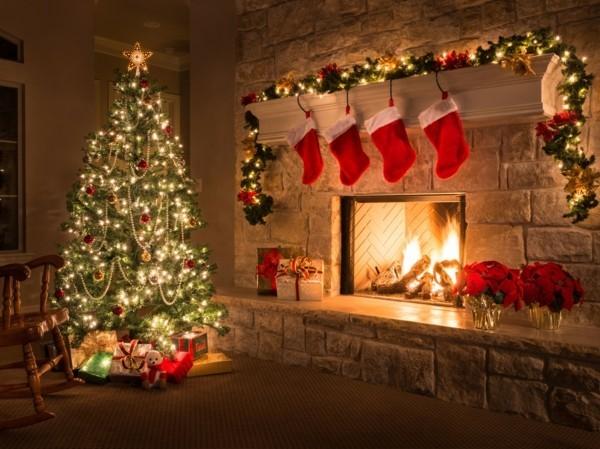 weihnachtskamin weihnachten kamin deko girlande und stiefel in rot