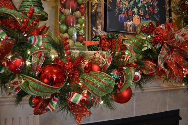 weihnachtskamin weihnachten kamin deko zweige rote kugeln