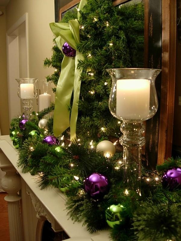 weihnachtskamin weihnachtsdeko grüne zweige und lila kugeln