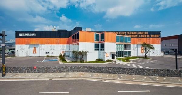 zweifarbiges gebäude moderne architektur häuser-resized