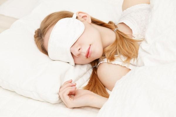 Besser schlafen guten Nachtschlaf genießen Augenmaske tragen