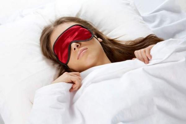 Besser schlafen nachts Augenmaske tragen