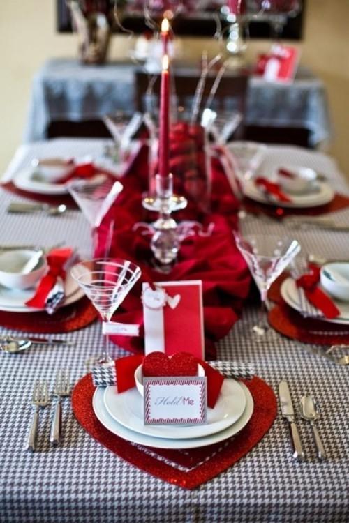 DIY Valentinstag romantische Tischdeko Herzen rote Akzente