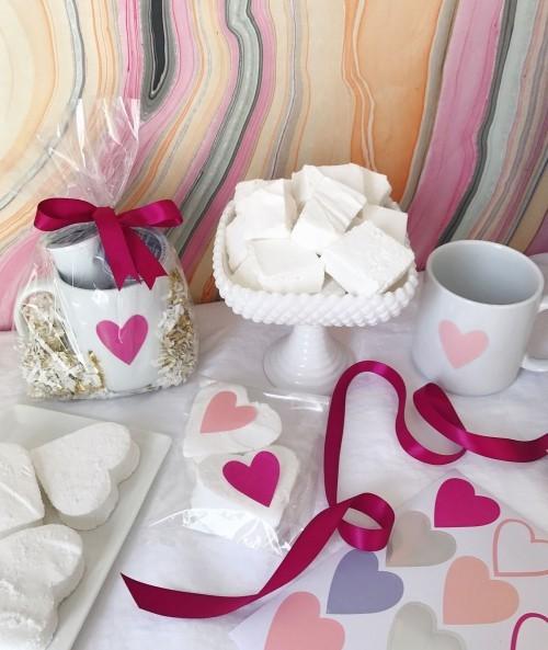 DIY Valentinstag romantische Tischdeko Herzen verschiedene Farben