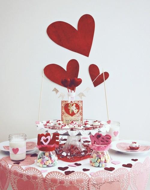 DIY Valentinstag romantische Tischdeko Süßigkeiten ausgefallene Tischdecke