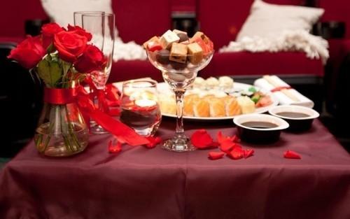 DIY Valentinstag romantische Tischdeko dunkelrote Tischdecke
