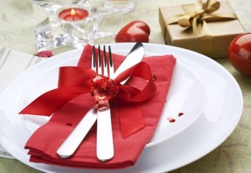 DIY Valentinstag romantische Tischdeko elegante Tischdeko weißer Teller rote Serviette