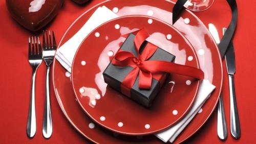 DIY Valentinstag romantische Tischdeko farbiges Geschirr