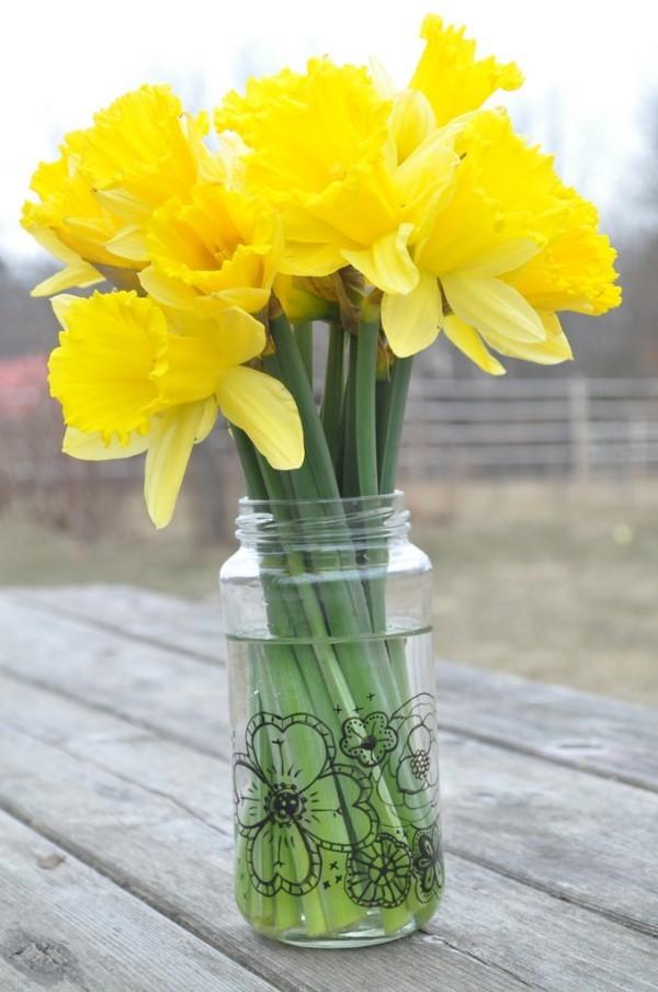 Frühlingsblumen im Glas