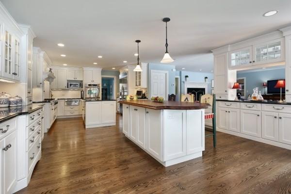 Küche in Weiß mit Holz