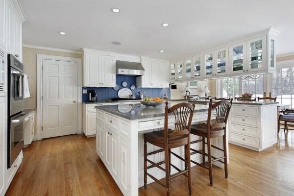 Weiße Küche blaue Küchenrückwand