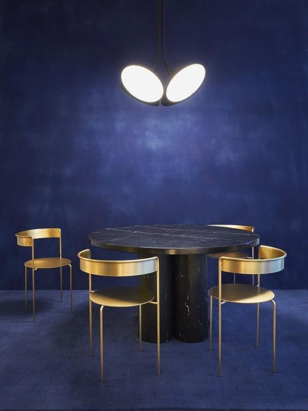 Weicher dunkelblauer Hintergrund goldglänzende Metallstühle