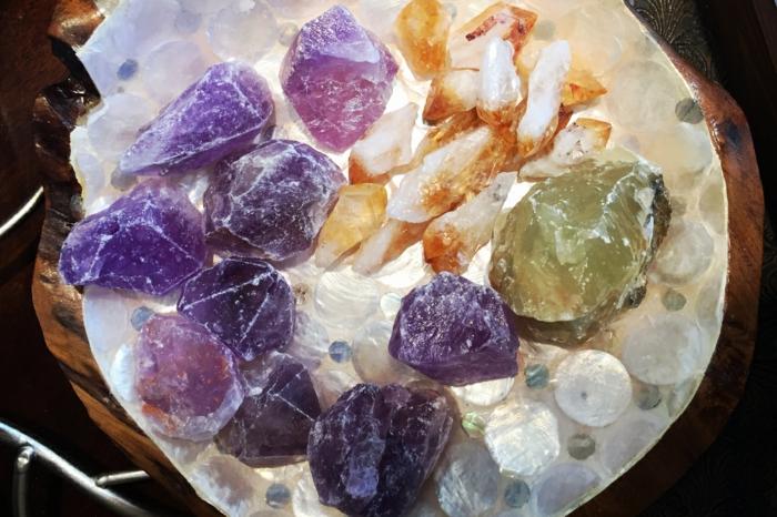 amethyst wirkung edelsteine bedeutung roher stein armband lila