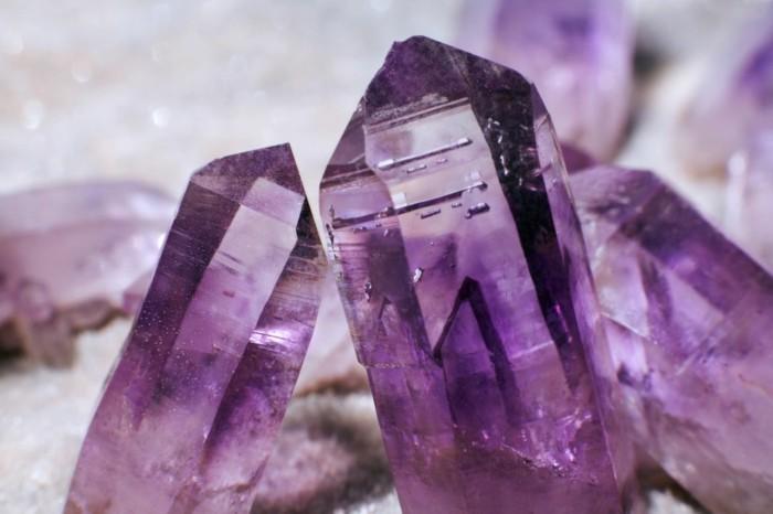 amethyst wirkung edelsteine bedeutung roher stein