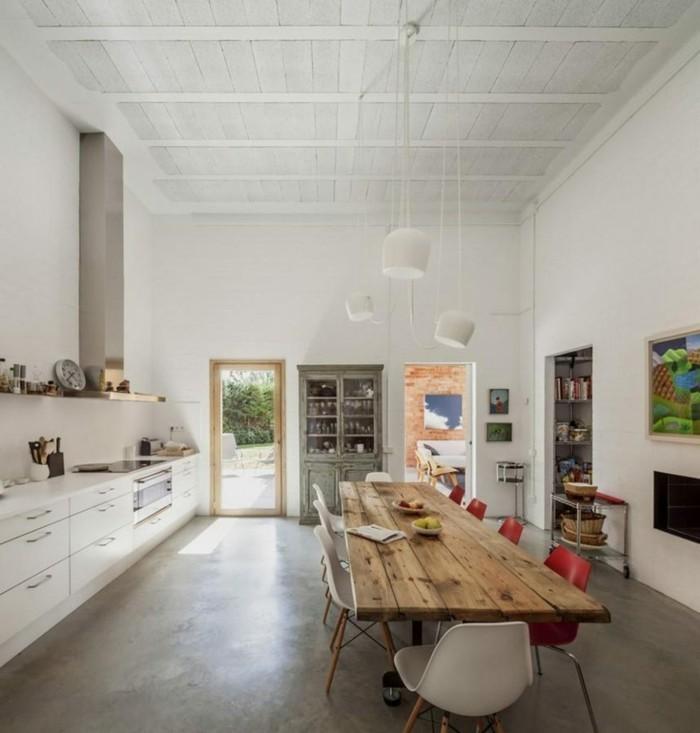 betonboden helle wände rustikaler esstisch rote stühle küche