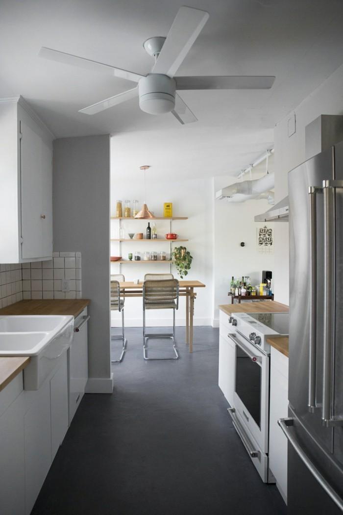 betonboden hellgrau weiße küchenmöbel holzopik arbeitsoberfläche