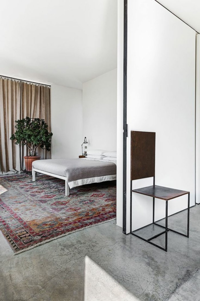 betonboden schlafzimmer farbiger teppich