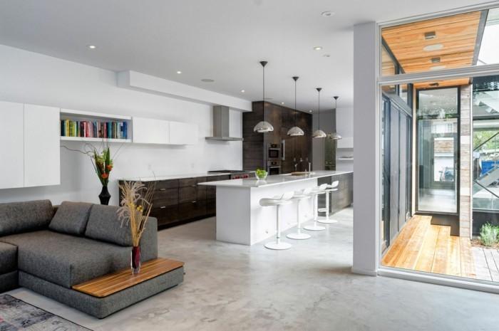 betonboden wohnbereich schickes wohnzimmersofa weiße kücheninsel