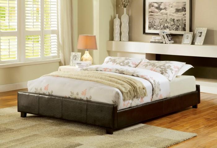 bett ohne kopfteil gemütlicher schlafbereich elegante bettwäsche florale muster
