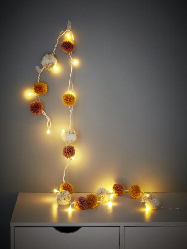 dekoideen wanddeko mit lichterketten pompons