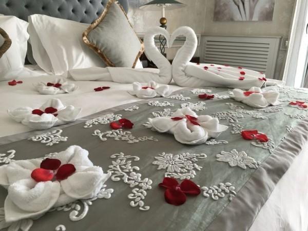 diy valentinstag bett dekorieren hadtücher schwäne basteln