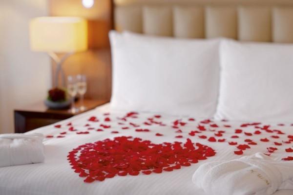 diy valentinstag rosenblütenblätter schlafzimmer dekorieren