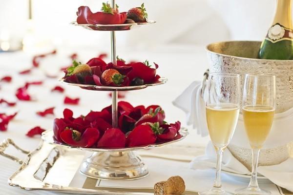 diy valentinstag schlafzimmer dekorieren sekt erdbeeren
