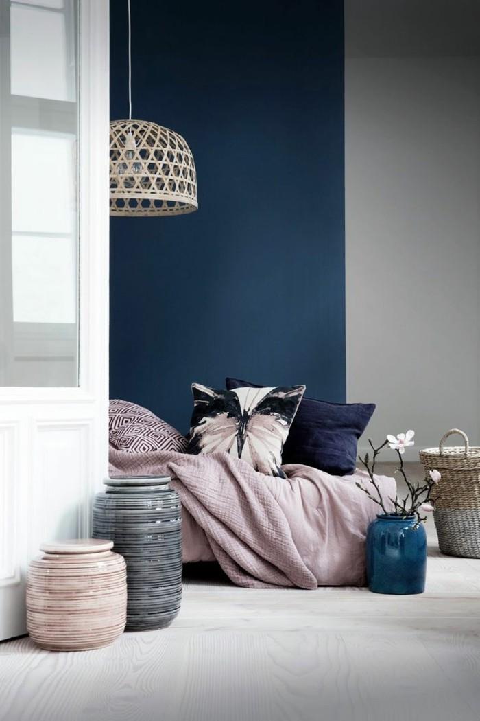 dunkelblau wandfarbe lavendel tagesdecke schlafzimmer farben ideen