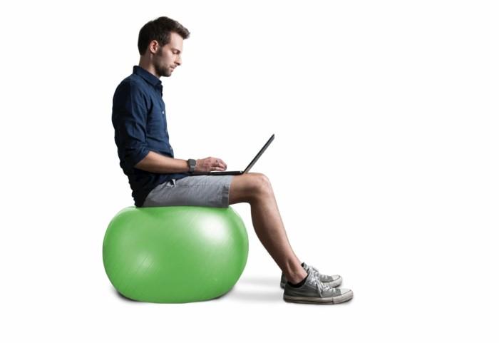 ergonomisch sitzen sitzball gymnastik mann laptop