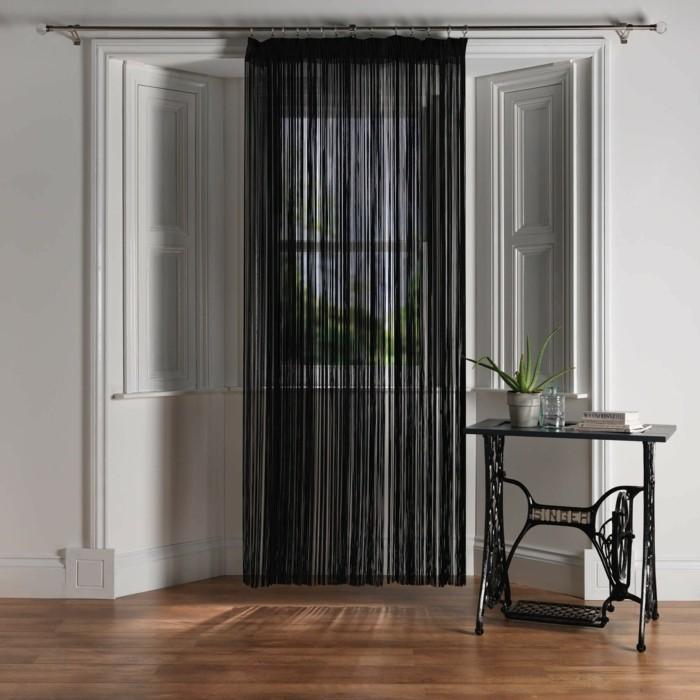 fadengardinen schwarz elegante fensterverdunkelung weiße wände