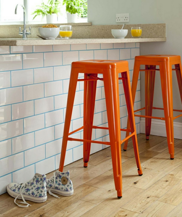 farbgestaltung tangerine trandfarbe muster schlafzimmer ideen barhocker