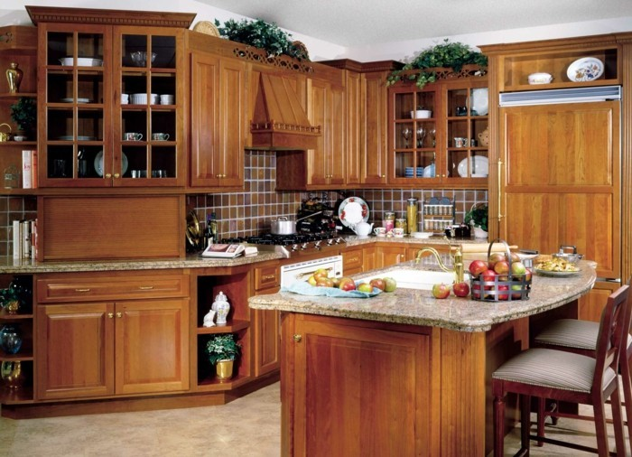 holzküche gemütliche kleine küche kochinsel heller bodenbelag